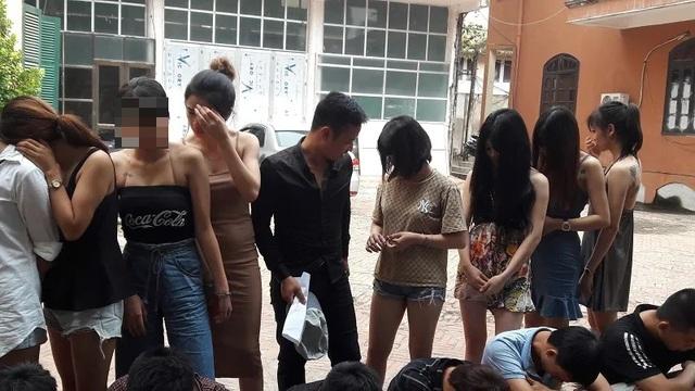 Phát hiện 24 nam, nữ thanh niên đang phê ma túy trong quán karaoke - 1