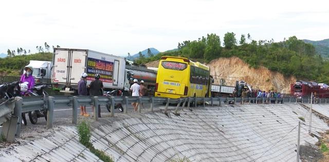 6 phương tiện gặp tai nạn liên hoàn khi đổ đèo, 1 phụ nữ tử vong - 1