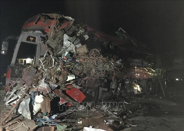 3 người chết, 31 người bị thương sau cú tông cực mạnh giữa xe khách và xe tải - 1