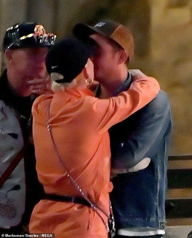 Katy Perry tình tứ hôn Orlando Bloom - 1