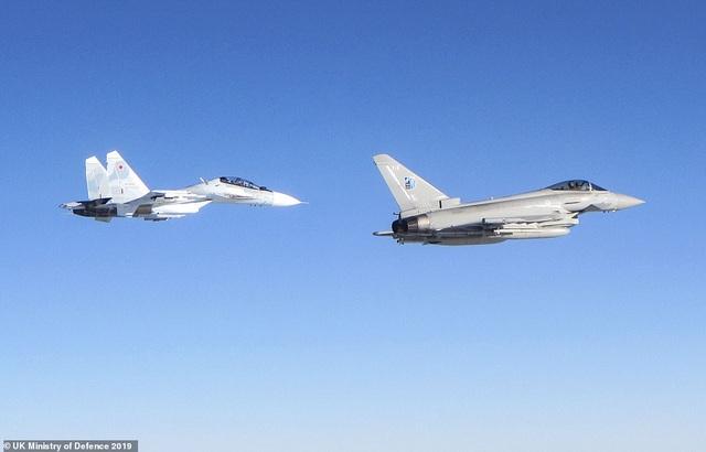 """Khoảnh khắc tiêm kích """"cuồng phong"""" Anh chặn """"hổ mang chúa"""" Su-30 của Nga - 2"""