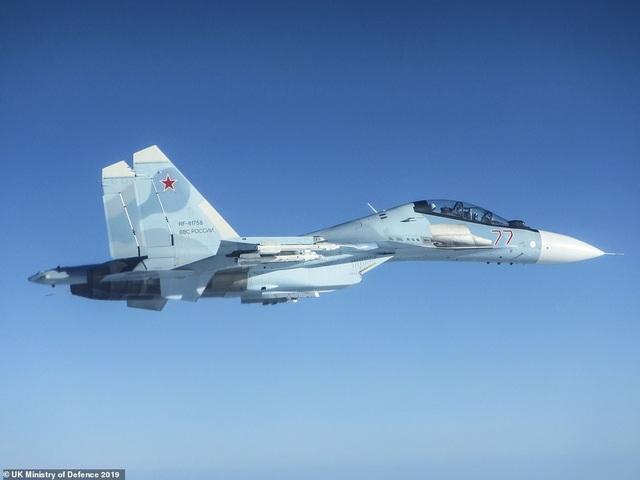 """Khoảnh khắc tiêm kích """"cuồng phong"""" Anh chặn """"hổ mang chúa"""" Su-30 của Nga - 7"""