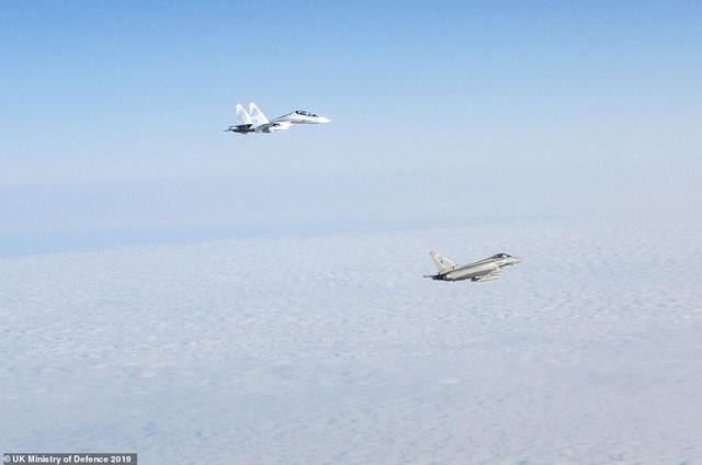 """Khoảnh khắc tiêm kích """"cuồng phong"""" Anh chặn """"hổ mang chúa"""" Su-30 của Nga - 6"""
