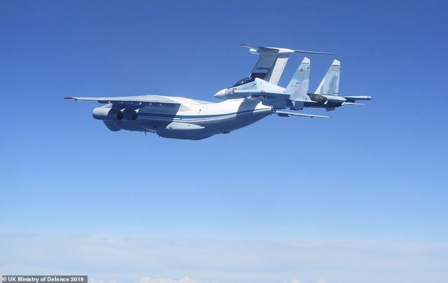 """Khoảnh khắc tiêm kích """"cuồng phong"""" Anh chặn """"hổ mang chúa"""" Su-30 của Nga - 3"""