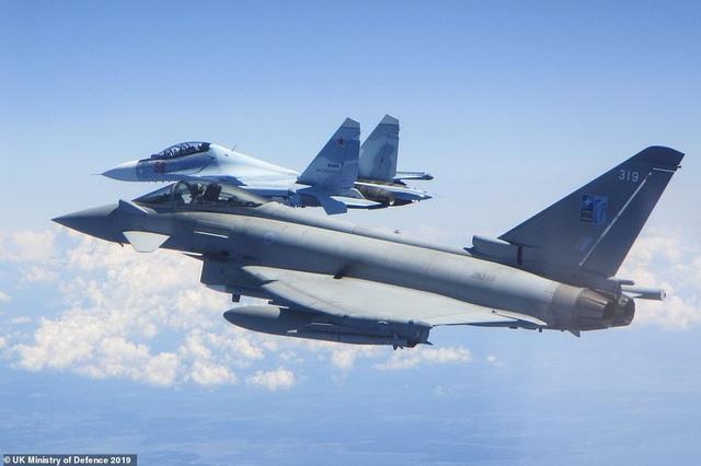 """Khoảnh khắc tiêm kích """"cuồng phong"""" Anh chặn """"hổ mang chúa"""" Su-30 của Nga - 1"""