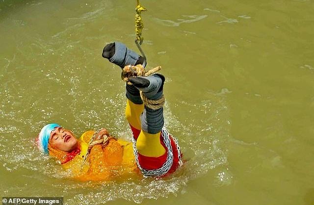 """Ảo thuật gia chết đuối khi thực hiện thử thách """"thoát thân"""" dưới sông - 1"""