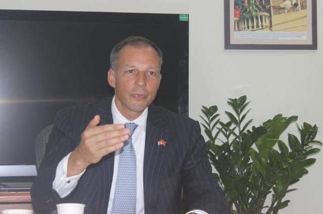 Trợ lý Ngoại trưởng Mỹ ấn tượng tốc độ phát triển kinh tế của Việt Nam - 1