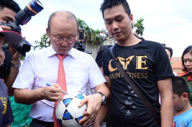Huấn luyện viên Park Hang-seo giao lưu với người hâm mộ Quảng Ngãi - 4