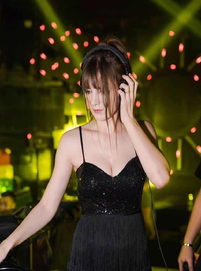 Hot girl DJ mặt xinh như búp bê chụp ảnh với sen, đời thường đẹp hết nấc - 8