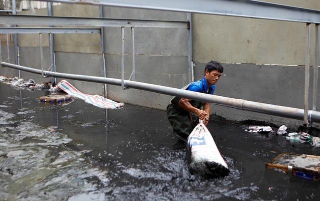 Xem màn trình diễn biến bùn thành CO2 và nước trên sông Tô Lịch - 4