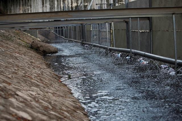 Xem màn trình diễn biến bùn thành CO2 và nước trên sông Tô Lịch - 13