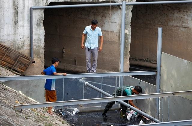 Xem màn trình diễn biến bùn thành CO2 và nước trên sông Tô Lịch - 7