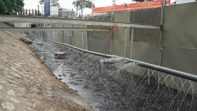 Xem màn trình diễn biến bùn thành CO2 và nước trên sông Tô Lịch - 16