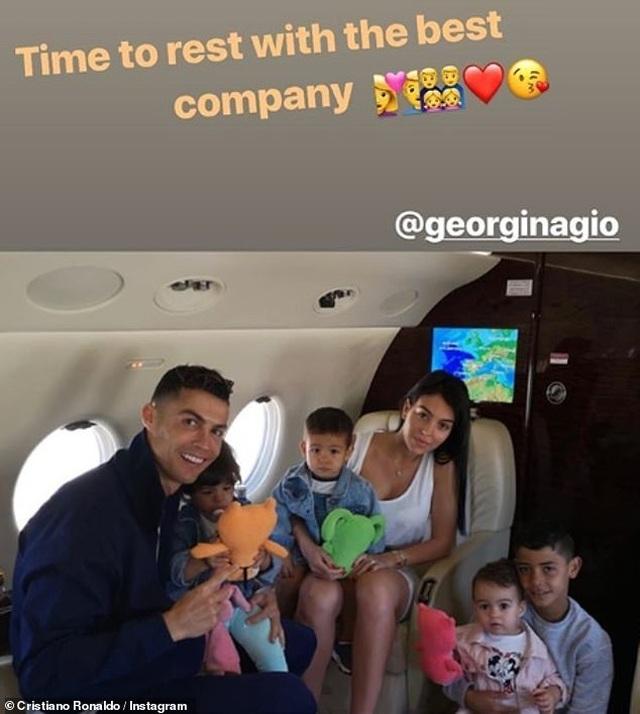 Ronaldo và bạn gái trở về sau kỳ nghỉ tại Hi Lạp - 4