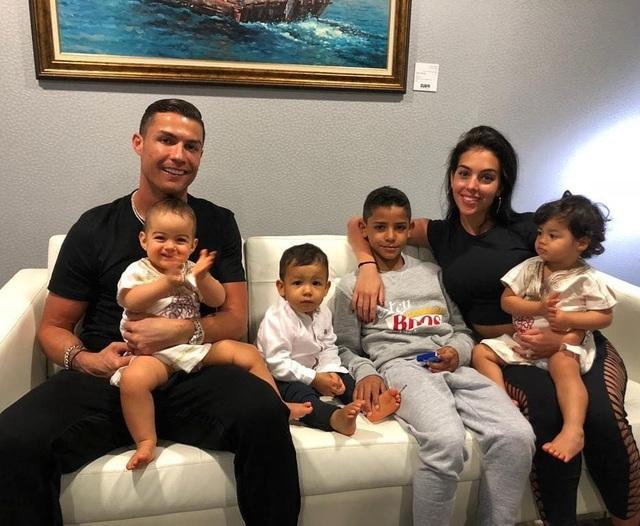 Ronaldo và bạn gái trở về sau kỳ nghỉ tại Hi Lạp - 7