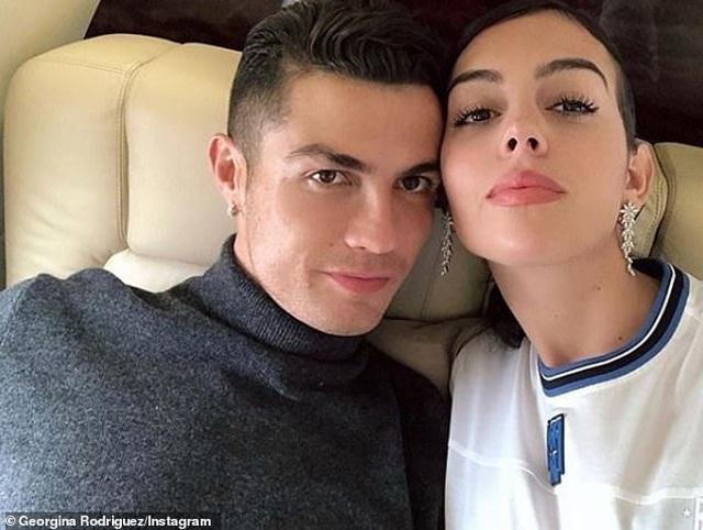 Ronaldo và bạn gái trở về sau kỳ nghỉ tại Hi Lạp - 5