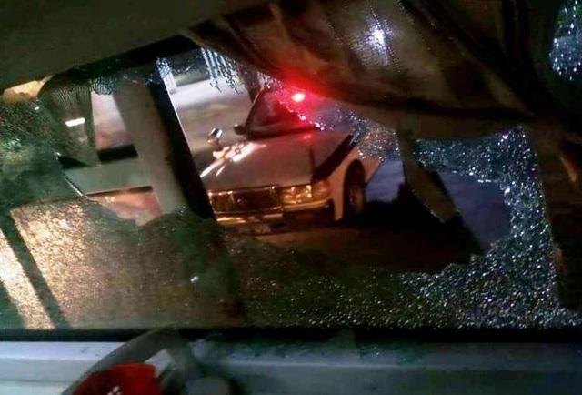 Xe khách bị ném gạch vỡ kính, một nữ hành khách bị thương - 1