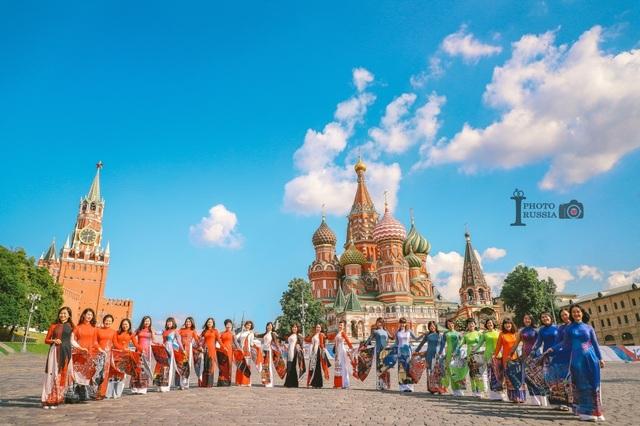 Rạng rỡ áo dài Việt trước cung điện Kremlin - 1