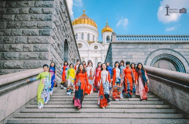 Rạng rỡ áo dài Việt trước cung điện Kremlin - 2
