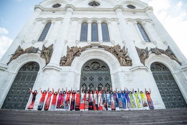 Rạng rỡ áo dài Việt trước cung điện Kremlin - 3