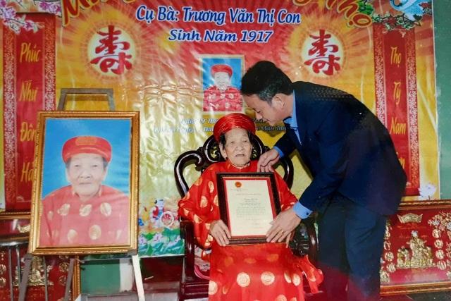 Cụ bà Quảng Trị 102 tuổi có 12 người con, 176 cháu nội ngoại | Báo
