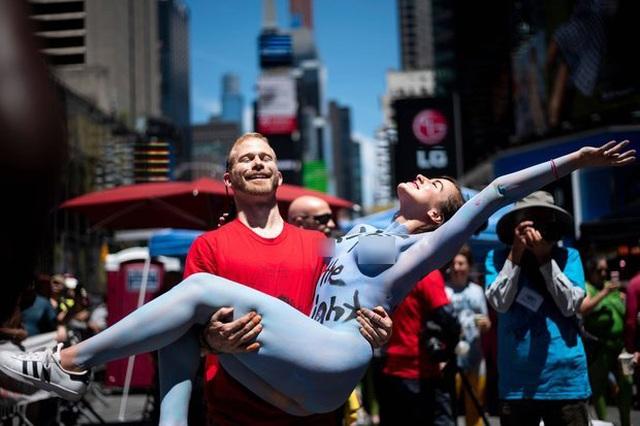 Hàng chục người biểu tình khỏa thân và phủ sơn lên người ở Mỹ - 4