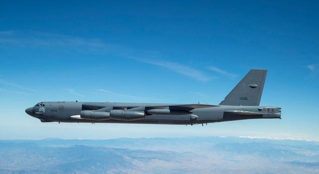 """Video """"pháo đài bay"""" B-52 lần đầu mang tên lửa siêu thanh uy lực của Mỹ - 1"""