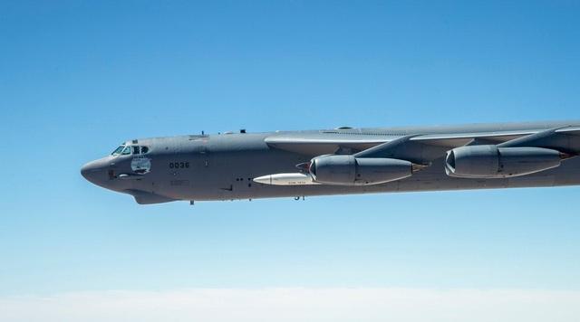 """Video """"pháo đài bay"""" B-52 lần đầu mang tên lửa siêu thanh uy lực của Mỹ - 2"""