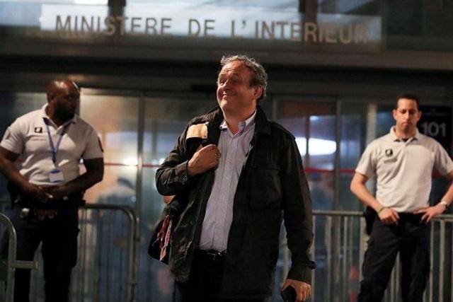 Được thả tự do, cựu Chủ tịch UEFA Michel Platini tươi cười rời sở cảnh sát - 1