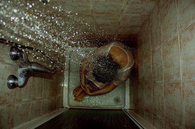 Khoa học: Người càng tắm lâu thì càng… cô đơn! - 2