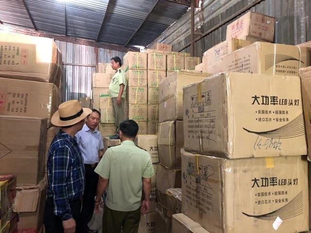 Đột kích kho hàng tại TPHCM thu giữ hàng triệu bộ ấm chén, bát đũa Trung Quốc - 1