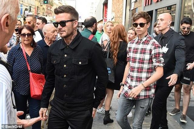 David Beckham trẻ trung bên con trai Romeo - 4