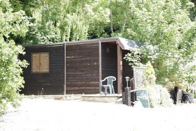 Sau trận chiến ly hôn, ông chủ phải rời khỏi căn nhà triệu Bảng đến chuồng lợn ở - 1