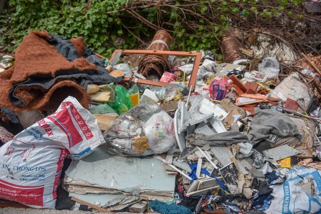 Ngập ngụa rác thải tại cầu vượt Hoàng Hoa Thám – Văn Cao - 3