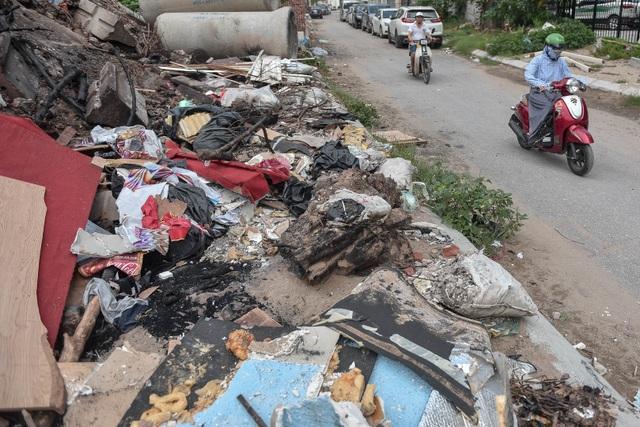 Ngập ngụa rác thải tại cầu vượt Hoàng Hoa Thám – Văn Cao - 12