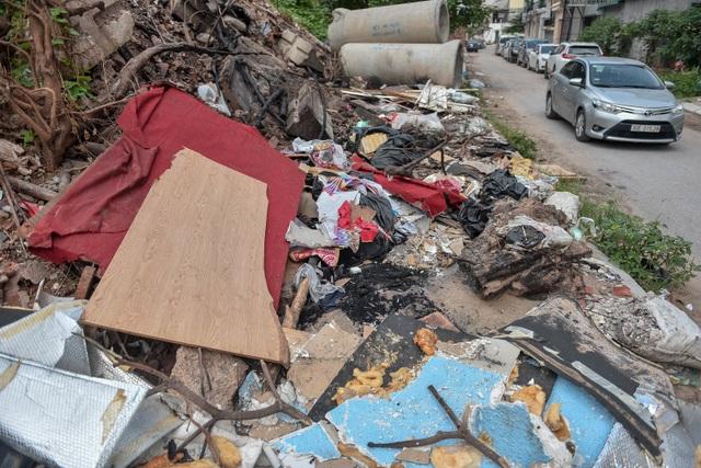 Ngập ngụa rác thải tại cầu vượt Hoàng Hoa Thám – Văn Cao - 6