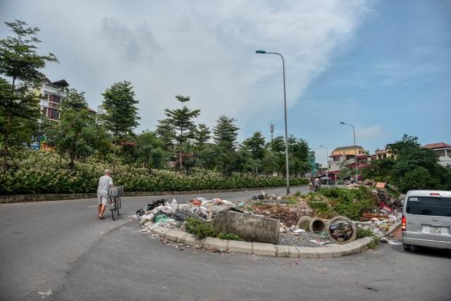 Ngập ngụa rác thải tại cầu vượt Hoàng Hoa Thám – Văn Cao - 1