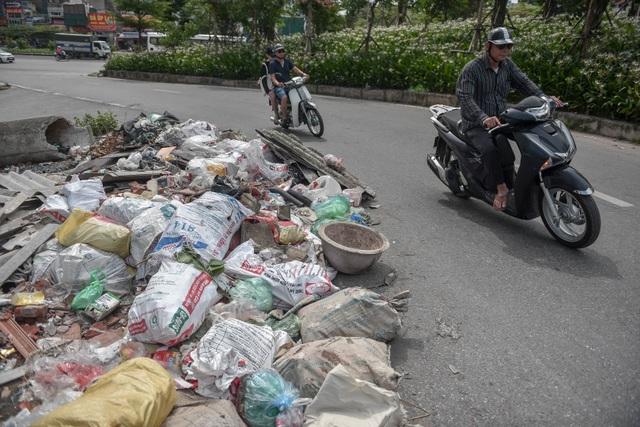 Ngập ngụa rác thải tại cầu vượt Hoàng Hoa Thám – Văn Cao - 2