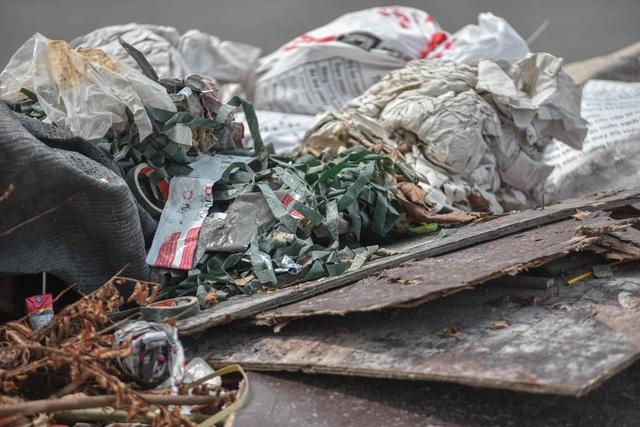 Ngập ngụa rác thải tại cầu vượt Hoàng Hoa Thám – Văn Cao - 7