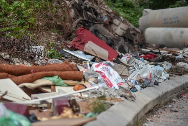Ngập ngụa rác thải tại cầu vượt Hoàng Hoa Thám – Văn Cao - 11
