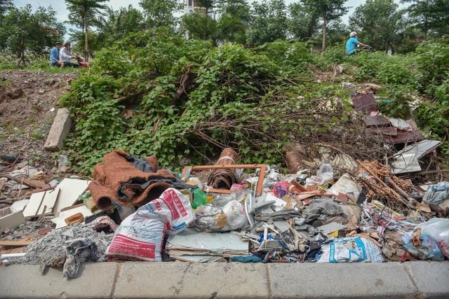 Ngập ngụa rác thải tại cầu vượt Hoàng Hoa Thám – Văn Cao - 13
