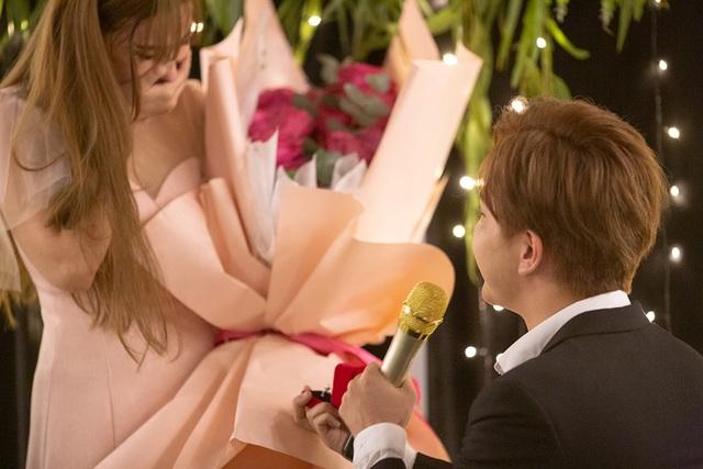Thu Thủy khóc khi bạn trai kém 10 tuổi bất ngờ cầu hôn - 7