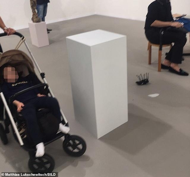 Người mẹ suýt khóc vì em bé làm rơi tác phẩm trị giá hơn 1 tỷ đồng - 1