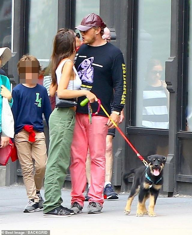 Emily Ratajkowski hôn chồng trên phố - 1
