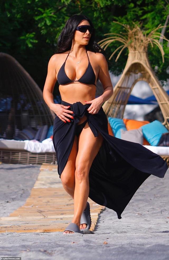 Kim Kardashian diện bikini gợi cảm trong kỳ nghỉ ở Costa Rica - 1