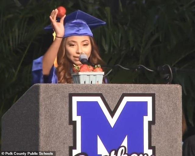 Diễn văn tốt nghiệp xúc động của nữ sinh Mỹ gửi cha mẹ là nông dân nhập cư