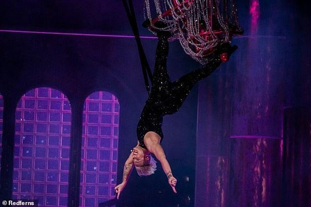 Pink gây choáng khi treo mình trên đèn chùm trình diễn - 12