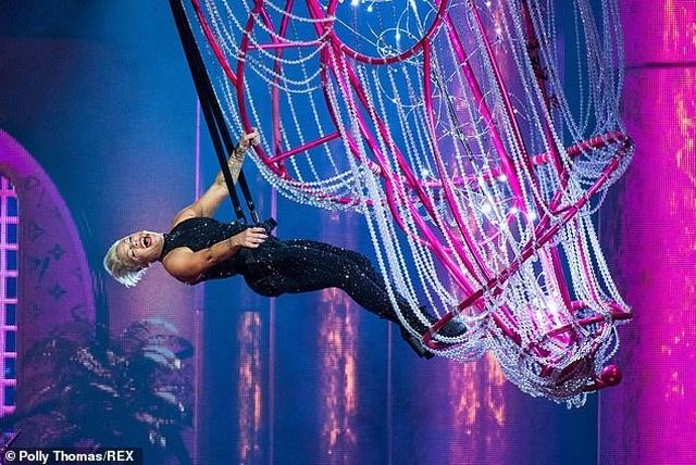 Pink gây choáng khi treo mình trên đèn chùm trình diễn - 7
