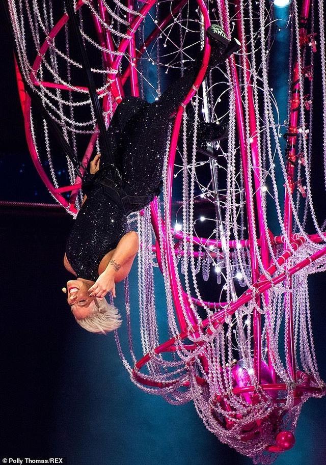 Pink gây choáng khi treo mình trên đèn chùm trình diễn - 1