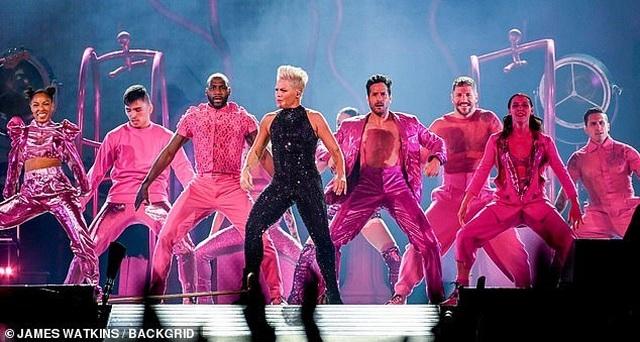 Pink gây choáng khi treo mình trên đèn chùm trình diễn - 11
